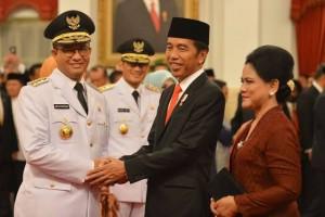 Presiden Joko Widodo Beserta Istri menyalami Gubernur DKI Anies Baswedan Dan Wakil Gubernur Sandiaga Uno di Istana Negara
