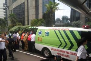 Akibat Ambruknya Balkon Mezanin di Bursa Efek Indonesia (BEI) ,Senin (15/1)2018, akhirnya 77 orang dirawat. Tampak Ambulans membawa korban luka ke rumah sakit.( Vecky Ngelo/Jurnal123)