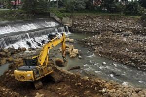 Ilustrasi - Satu unit alat berat dioperasikan dalam rangka normalisasi sungai Kuranji, Kota Padang.