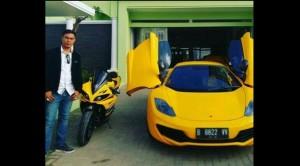 Bos Travel Umrah PTSolusi Balad Lumampah Aom Juang Bos travel umrah PT Solusi Balad Lumampah (SBL) Aom Juang Wibowo berpose di dengan McLaren MP4-12C. (Facebook Aom Juang)