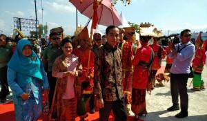 Presiden Joko Widodo Bersama Ibu Iriana Saat Menghadiri Puncak Hari Pers Nasional di Padang Hari ini Jumat (9/2/2018)