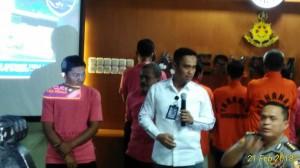 Salah seorang tersangka penghinaan  Ulama Suhardi Winata ditanya oleh wartawan di Direktorat Cyber Tanah Abang Jakarta Pusat, Rabu (21/2)2018. Tampak disaksikan Kasubdit I Direktorat Tindak Pidana Cyber dan Anjak Penerangan Masyarakat Divisi Humas Mabes Polri, Kombes Pol Pujo.( Vecky Ngelo)